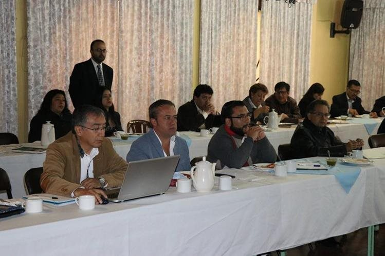 Concejales y jefes de dependencias analizan propuesta del presupuesto 2018. (Foto Prensa Libre: María José Longo)