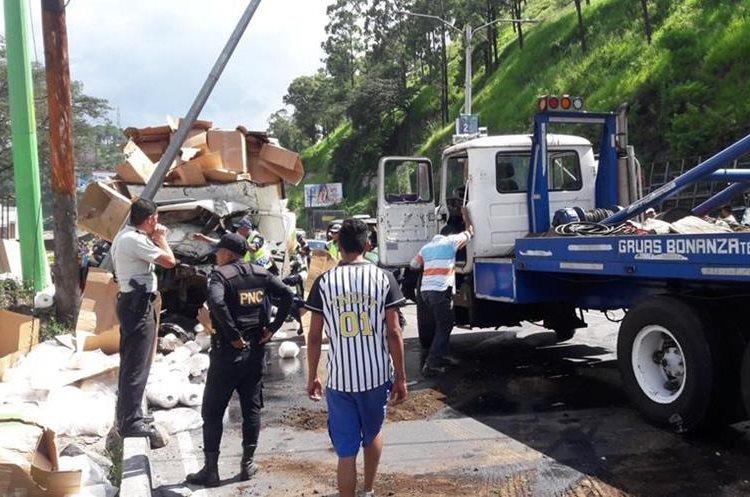 Un tráiler chocó contra seis vehículos en la ruta al Pacífico.