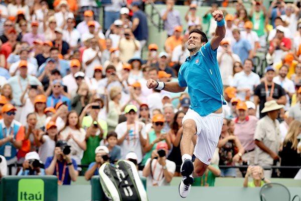 El tenista serbio Novak Djokovic festejó con un magistral salto el triunfo contra Kei Nishikori en la final de Miami (Foto Prensa Libre: AFP)