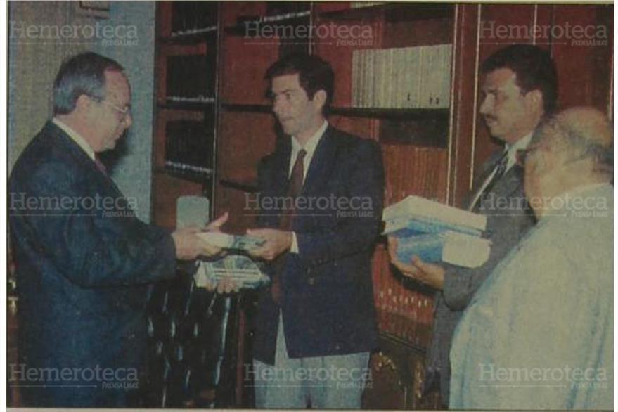 10/03/1998 el Procurador General Acisclo Valladares recibe  de la CIDH el fallo en el caso de Panel Blanca. (Foto: Hemeroteca PL)