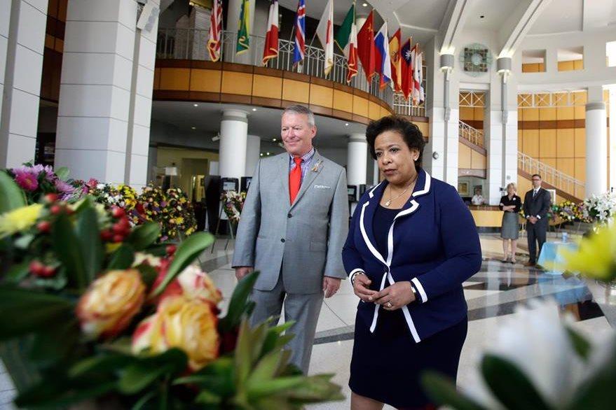 La fiscal de EE. UU. Loretta Lynch, durante la visita que efectuó a Orlando donde se reunió con familiares de las víctimas. (Foto Prensa Libre: AP).
