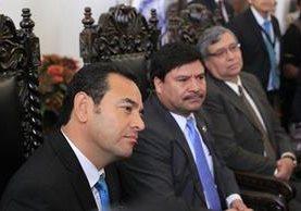 El electo presidente de Guatemala, Jimmy Morales, y el presidente de la Corte Suprema de Justicia, Rafael Rojas, y el vicepresidente de la nación, Jafeth Cabrera, se reunieron con el pleno de magistrados (Foto Prensa Libre: Edwin Bercián).