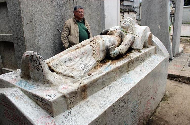El nicho de Vanushca, la gitana que falleció de amor, es visitado por parejas de enamorados. (Foto Prensa Libre: Carlos Ventura)