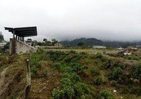 La construcción del estadio municipal de Chicamán quedó abandonada en 2010, a pesar de que se pagó el 80% del total. (Foto Prensa Libre: Óscar Figueroa).