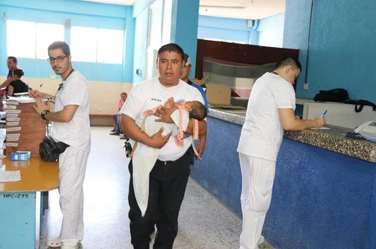 La bebé de 3 meses también fue internada.(Prensa Libre: Mario Morales.)