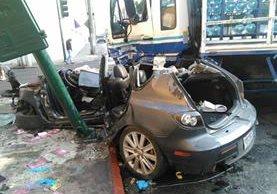 Un camión repartidor chocó contra un vehículo en la zona 1, donde se reportó una persona muerta. (Foto Prensa Libre: Estuardo Paredes)