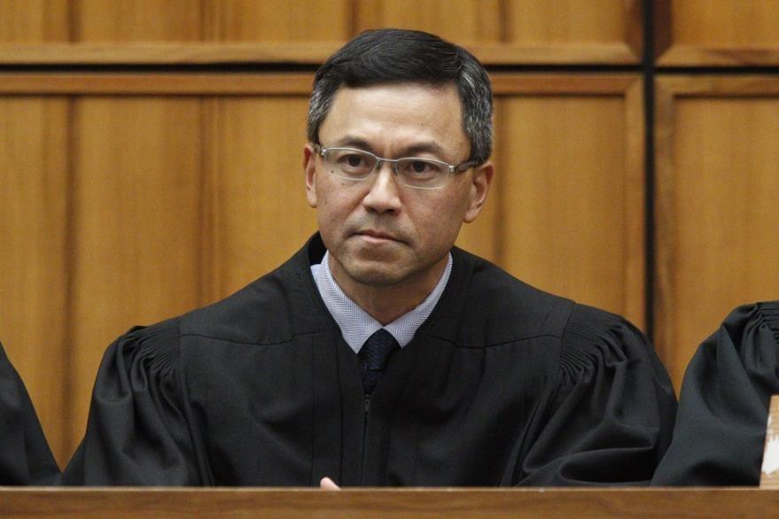 Juez Derrick Watson de Hawái, uno de los magistrados que frenó el nuevo decreto migratorio de Trump. (AP)