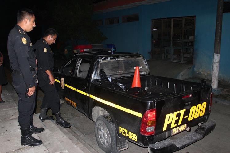 Agentes policiales resguardan el cuerpo de una de las víctimas muertas a balazos en Petén. (Foto Prensa Libre: Rigoberto Escobar)