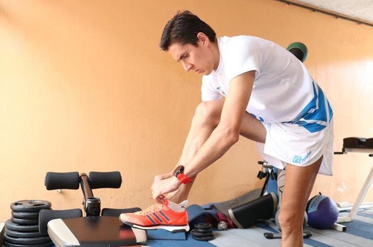 Zapatos adecuados. Lo mejor es competir con los tenis de entrenamiento e  indumentaria adecuada. (Foto Prensa Libre: Raúl Juárez)