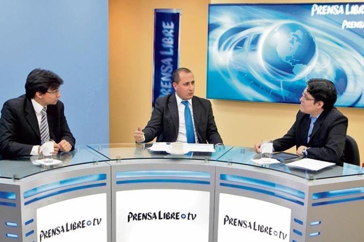 Los politólogos Javier Brolo y Luis Chávez analizan los casos de corrupción con el periodista José Manuel Patzán, durante el programa Diálogo Libre.