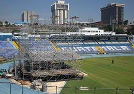 El montaje del escenario en el Mateo Flores comenzó el domingo. (Foto Prensa Libre Esbin García)