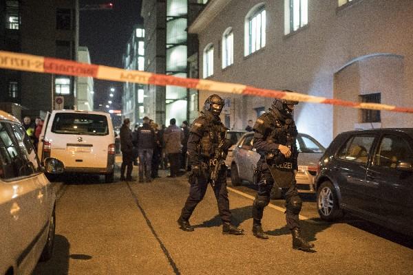 Varios policías llegan a la escena de la balacera en Zurich, Suiza. (EFE).