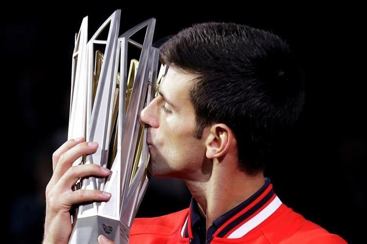 Novak Djokovic celebró un nuevo título. (Foto Prensa Libre: AP)