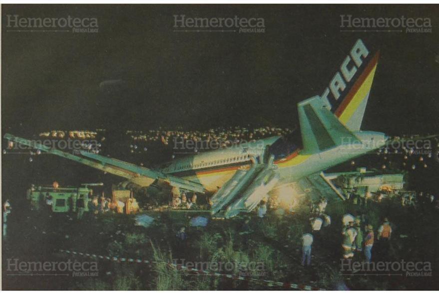 El avión  boeing 767 de TACA cayó encima de varias casas al final de la pista  La Aurora. 6/4/1993 (Foto: Hemeroteca PL)