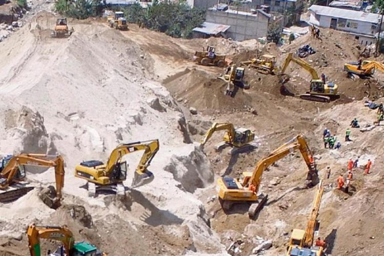 Las pertenencias de las víctimas que murieron por el alud que soterró sus viviendas son recuperadas de entre los escombros por socorristas.