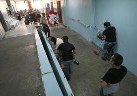 Voluntarios, colaboradores de Salud y militares asean hospital.