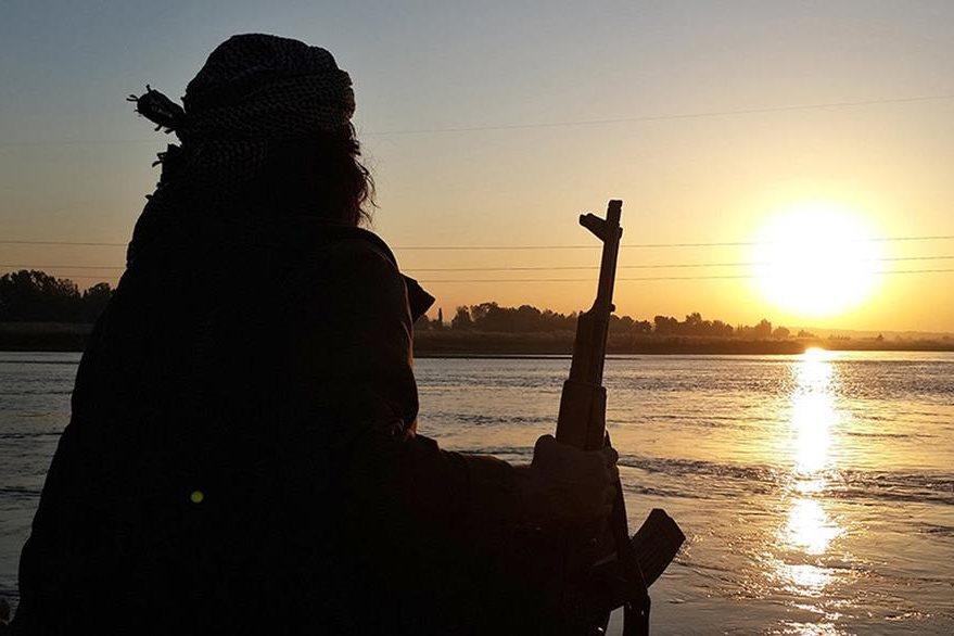 Un yihadista toma un descanso en las orillas del río Éufrates en Raqa, Siria. (Foto Prensa Libre: AP).
