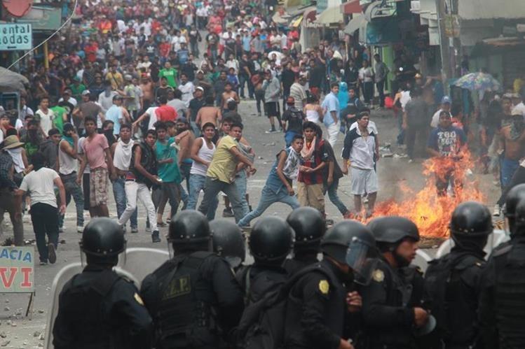Los vecinos queman llantas para evitar la circulación de vehículos en la ruta al Pacífico. (Foto Prensa Libre: Estuardo paredes)