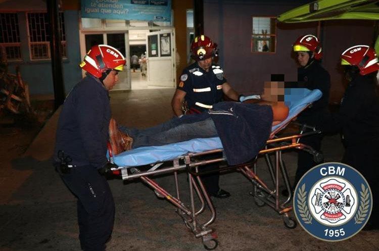 El ayudante de bus herido en la zona 5 de Mixco fue estabilizado por bomberos y trasladado a un centro asistencial. (Foto Prensa Libre: Hemeroteca PL)