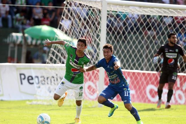 Acción durante el partido disputado esta tarde. (Foto Prensa Libre: Carlos Vicente)