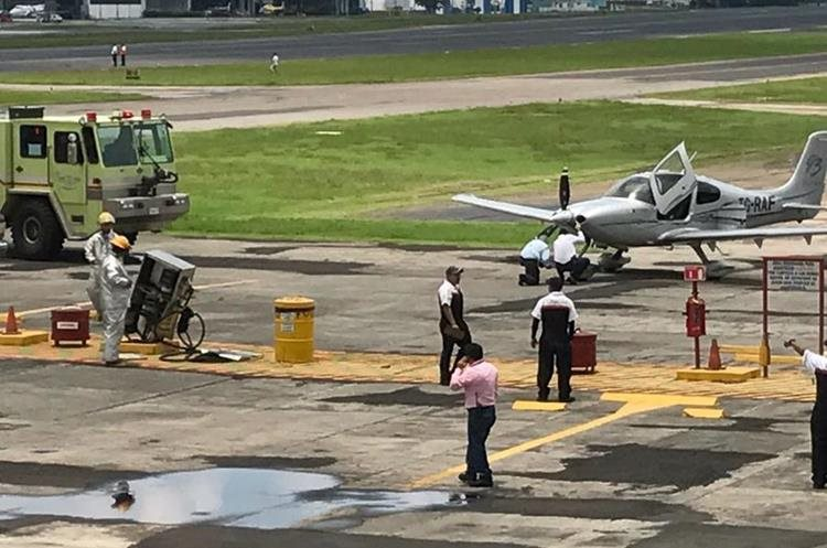 Aparte, la avioneta matrícula TGRAF golpeó una bomba de abastecimiento de combustible ubicada en la pista de taxeo en el Aero Club. (Foto, Prensa Libre Cortesía DGAC).