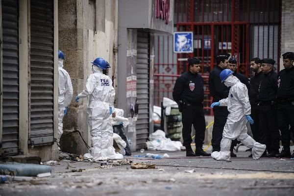 La Policía forense trabaja en la calle Corbillon en Saint Denis a las afueras de París. (Foto Prensa LIbre:EFE).