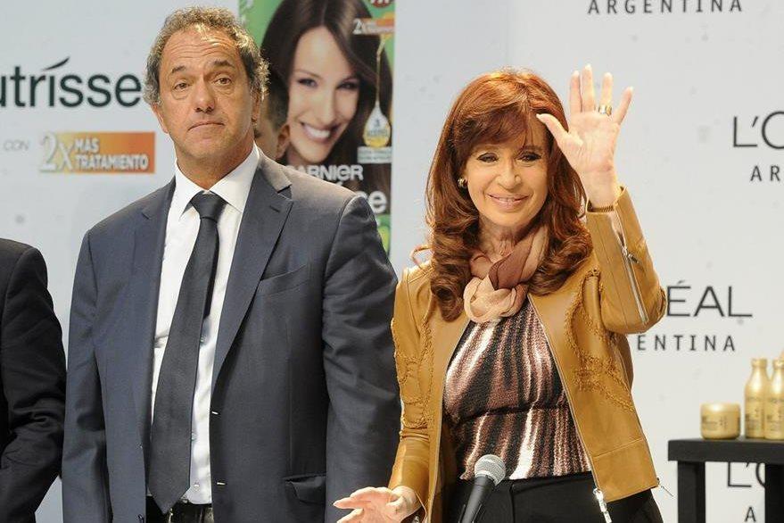 El oficialista Daniel Scioli junto a la presidenta argentina Cristina Fernández. (Foto Prensa Libre: EFE).