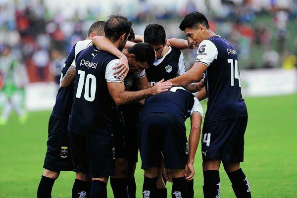 Jairo celebra su gol, el quinto de los cremas en el partido anterior. (Foto Prensa Libre: Oscar Felipe Q.)