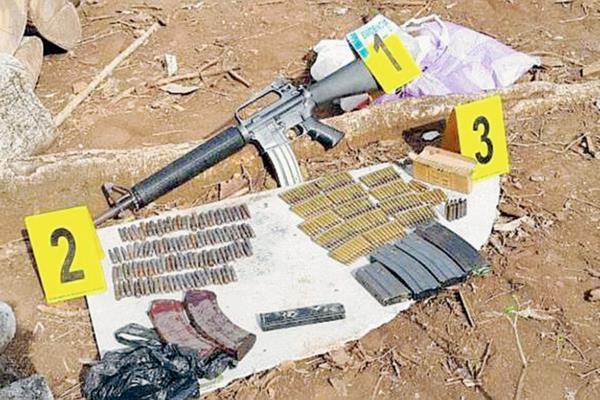Una de las armas y municiones decomisadas en allanamientos en aldea El Tablón, San José Acatempa, Jutiapa. (Foto Prensa Libre: MP)