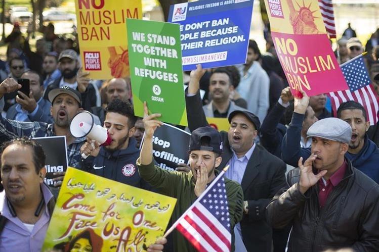 Activistas e inmigrantes marchan en Washington este miércoles contra las políticas migratorias de Trump. (Foto Prensa Libre: AFP)