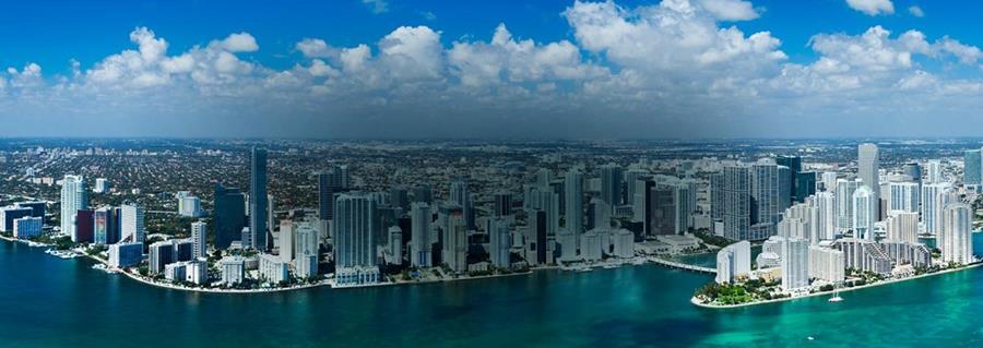 La baja altura de Miami y el que está sobre un terreno de piedra caliza porosa hacen difícil que sea suficiente con la construcción de diques. (Foto: miamiandbeaches.com).