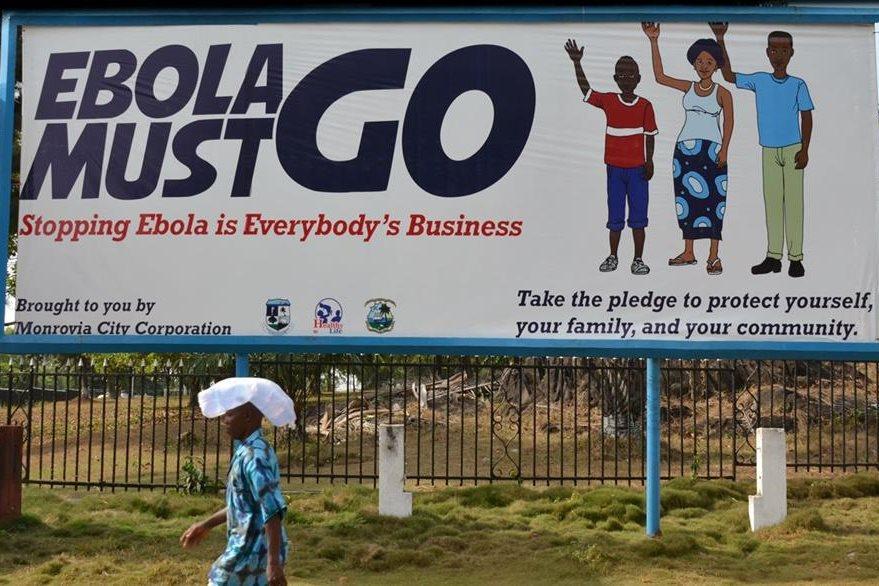 El ébola debe irse, se lee en esta pancarta que se convirtió en el eslogan en Guinea. (Foto Prensa Libre: AFP).