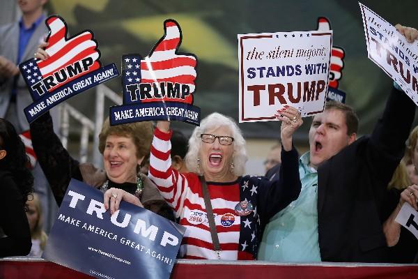 Partidarios de Donald Trump, precandidato republicano presidencial participan en el mitin en Richmond, Virginia.