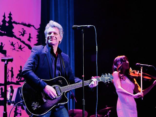 Imagen de una reciente presentación de Bon Jovi en efecto benéfico en Nueva York. Foto Prensa Libre: AFP).