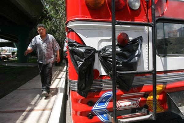 <p>Conductores de autobuses con servicio a Ciudad Peronia suspendieron el  servicio y bloquearon el paso vehícular hacia Ciudad San Cristóbal, tras  un ataque armado en el que murió uno de sus compañeros y un custodio  resultó herido. (Foto Prensa Libre: Óscar Estrada)</p>