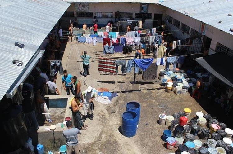 Todas las cárceles a escala nacional registran sobrepoblación y están deterioradas. Además, no cumplen con medidas de seguridad. (Foto Prensa Libre: Hemeroteca PL)