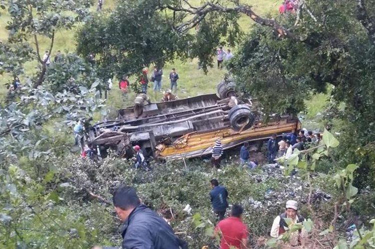 Un autobús cayó a una hondonada en el km 267 de la ruta Interamericana, en Huehuetenango. (Foto Prensa Libre: Mike Castillo)