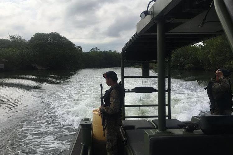 Soldados guatemaltecos patrullan el río Sarstún. (Foto Prensa Libre: Mindef)