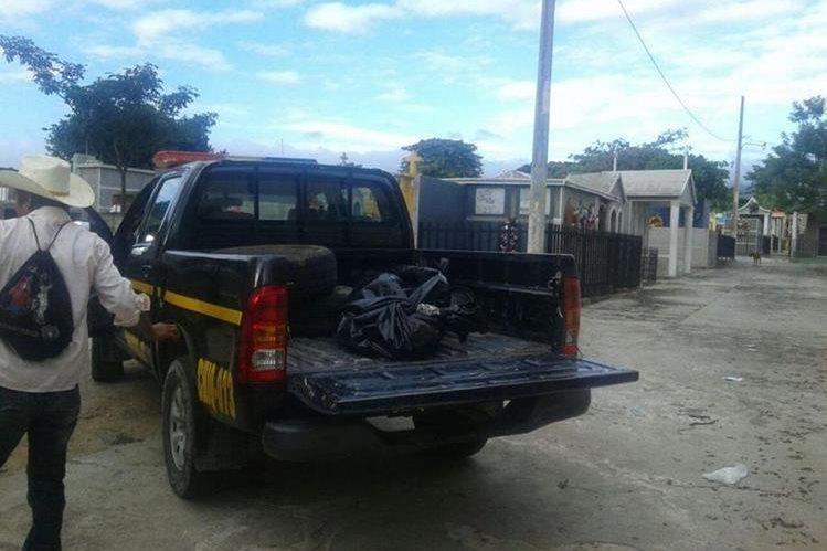 Autopatrulla traslada el cadáver de Alfonso Gutiérrez a la morgue de la ciudad de Chiquimula. (Foto Prensa Libre: Edwin Paxtor).