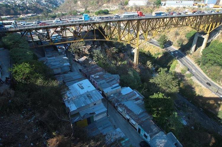Las personas que viven en el asentamiento Jesús de la Buena Esperanza se encuentran en riesgo debido a la falta de atención a la estructura del puente Belice. (Foto Prensa Libre: Hemeroteca PL).
