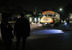 Fiscales del Ministerio Público recogen evidencias en la escena del crimen, en Xela. (Foto Prensa Libre: Carlos Ventura)
