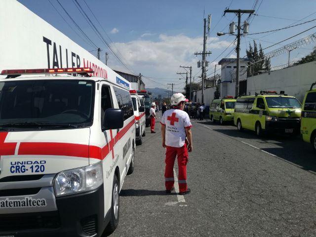 Varios cuerpos de socorro se movilizaron afuera de Las Gaviotas en prevención de incidentes violentos en el interior de la correccional. Foto Prensa Libre: Cruz Roja Guatemalteca.