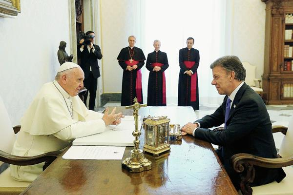 El papa Francisco (izq) conversa con el presidente de Colombia, Juan Manuel Santos, durante una audienciaen el Vaticano. (Foto Prensa Libre:EFE).