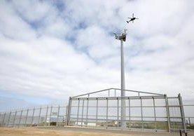 Patrullas vigilan una parte de la valla fronteriza entre San Diego y México. (Foto Prensa Libre: EFE)