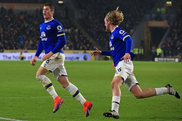 Ross Barkley (izquierda) festeja después de haber anotado el gol del empate del Everton. (Foto Prensa Libre: AFP).