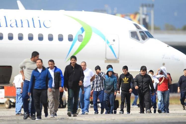 Al menos dos vuelos semanales vienen a Guatemala desde EE. UU. con deportados. (Foto Prensa Libre: Hemeroteca PL)
