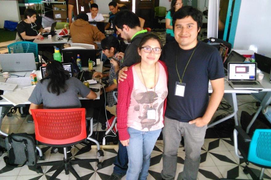 Lourdes Muñoz y Bryan Alvarado, de Gamedev GT, organizador de la actividad de desarrolladores de videojuegos.