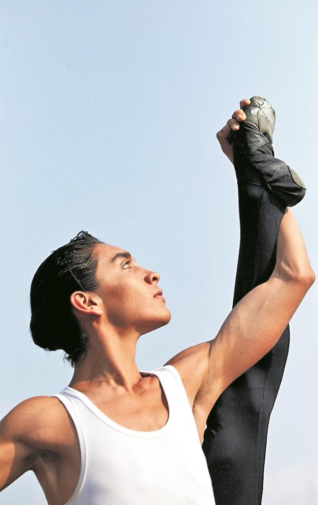 Nicolas Herrera es integrante de la Compañía Municipal de Danza. (Foto Prensa Libre: Keneth Cruz)