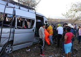 Socorristas y vecinos rescatan a los heridos del microbús que chocó en el km 92.5 de la ruta a Jalapa. (Foto Prensa Libre: Hugo Oliva)