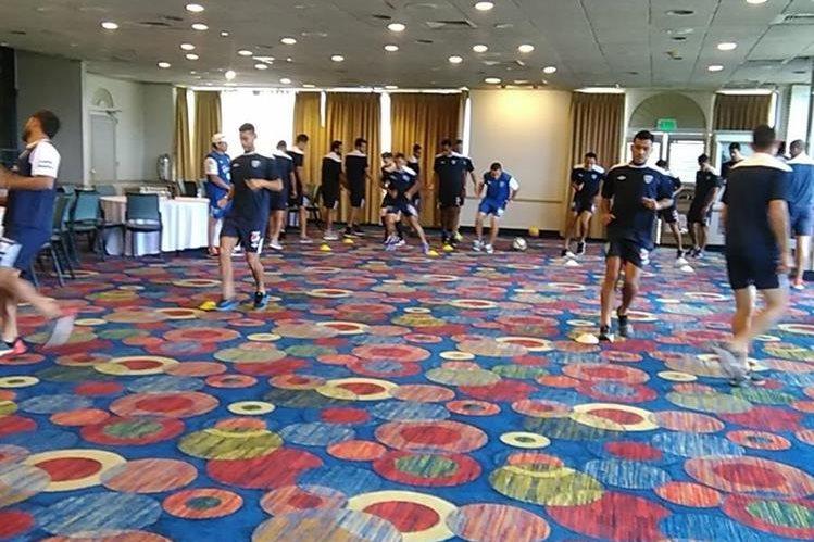 Los jugadores de la Bicolor en la activación física en el hotel. (Foto Prensa Libre: Edwin Fajardo)